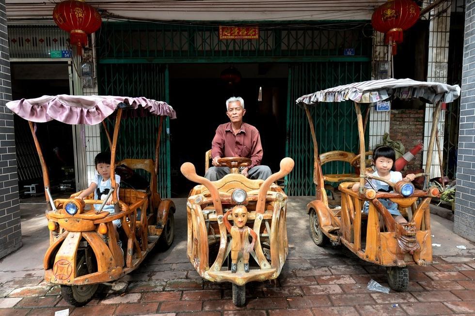 柳州老人手工打造樟木代步车接送