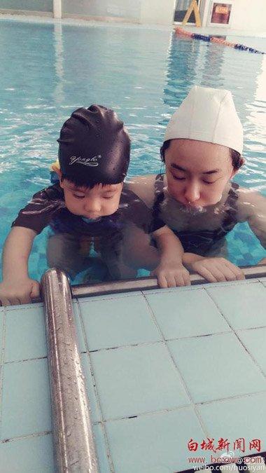 霍思燕教儿子学游泳