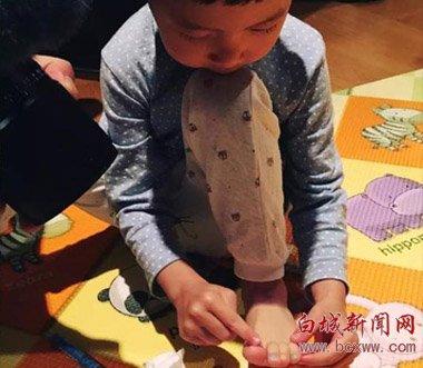 姚晨为儿子涂脚指甲