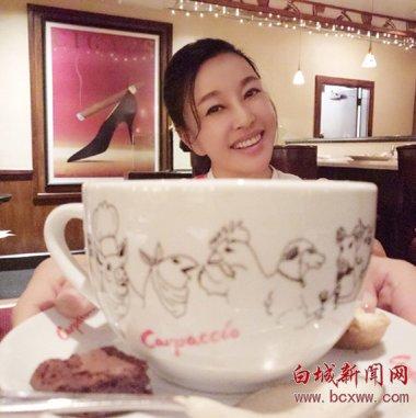 刘晓庆笑容明媚似少女