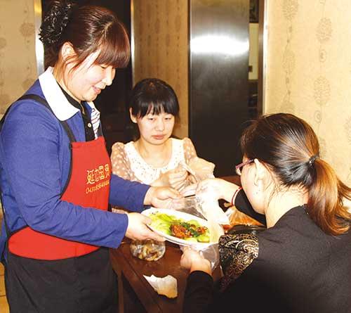 某饭店,顾客饭后主动打包剩菜,做到人走盘光。