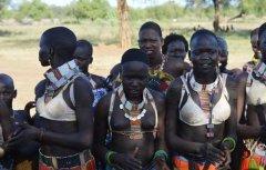 非洲部落女性穿上内衣