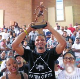 菲巴在社交网站上大秀自己的MVP奖杯。