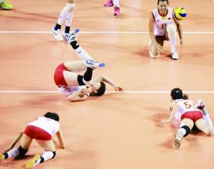 """面对劲敌巴西女排,中国队的年轻姑娘被打得""""人仰马翻""""。"""