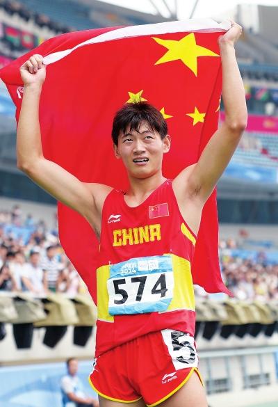 8月25日,中国选手徐志航在夺金后庆祝。