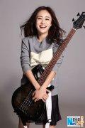 刘芸变身摇滚女郎 抱吉他酷帅展露甜美笑容