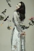 刘芊含杂志大片曝光 水墨质感鸟语花香
