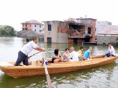 村民乘坐船只出行