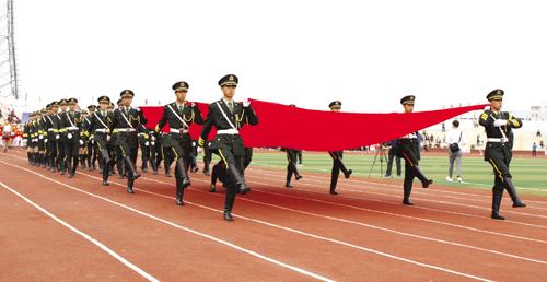 国旗护卫队步入会场。