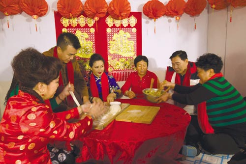 艺术家与村民一起包饺子