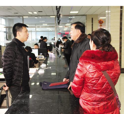 大安市政务服务中心工作人员节后快速投入工作中