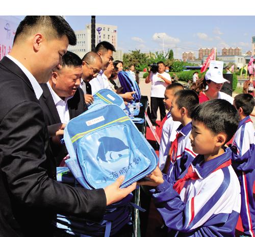 富德生命人寿白城中心支公司为我市贫困儿童献爱心