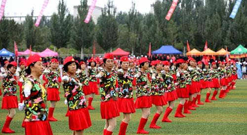 县老年体协表演的《水兵舞》《广场舞》场面震撼。