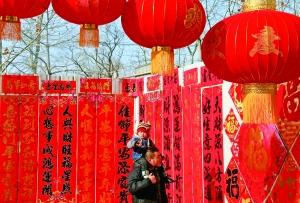 怀柔区万星市场,市民在选购饰品,京郊的年味儿越来越浓。