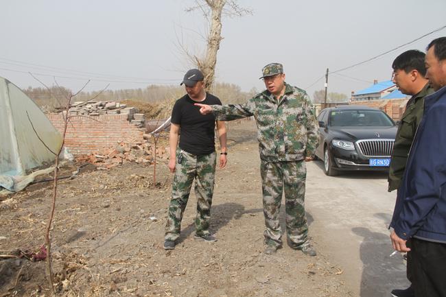 县领导调研围墙建设情况。田宏摄