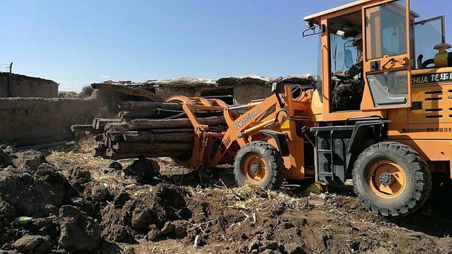 镇赉县种马场为建平乡葛莲召马场拆除无人居住的土危房。