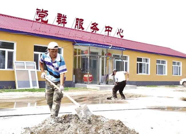 黑鱼泡镇包金台村党群服务中心前正在建设中的村民活动广场。