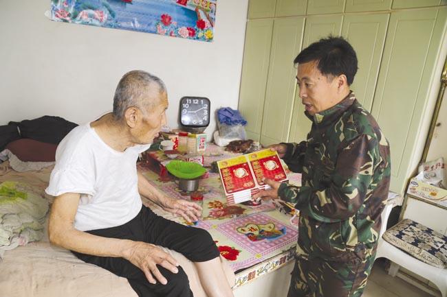坦途镇西明嘎村驻村第一书记赵安柱为贫困户吴振生买药。
