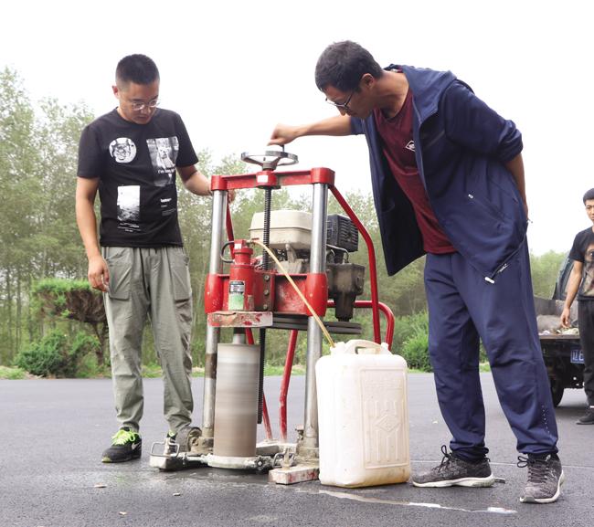 白城市公路管理处工作人员在珲阿线白城至舍力一标段转孔取芯严格查看结构层质量。
