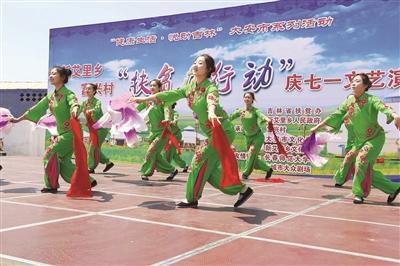 图为活动现场表演者欢快舞蹈。