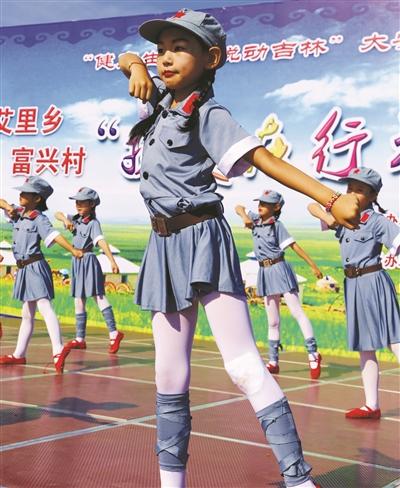 大安市新艾里蒙古族乡小学生表演舞蹈《红星照我去战斗》,表达了爱党之情。