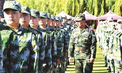 图为学生正在接受军训。
